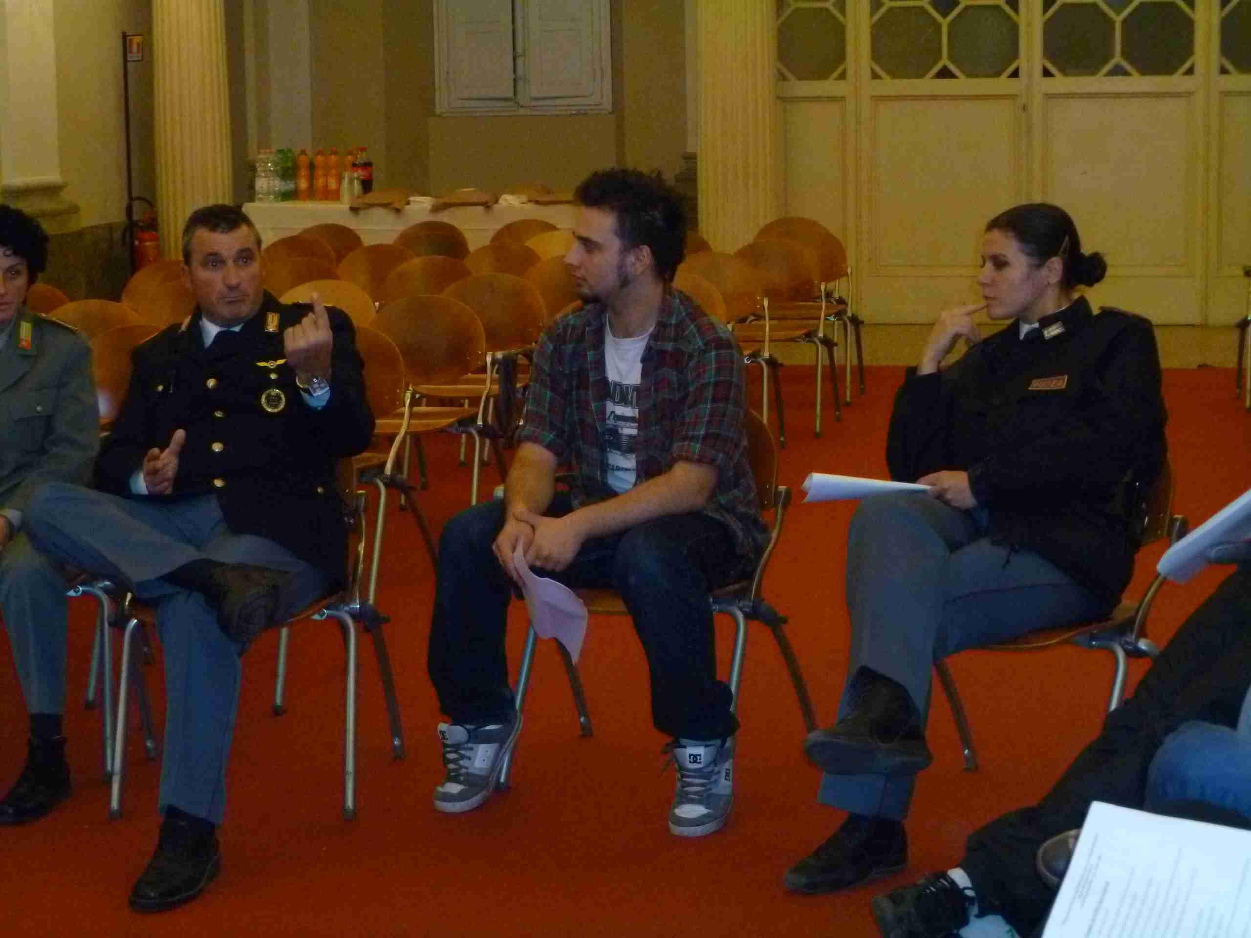 dialogo tra giovani e agenti delle FFOO